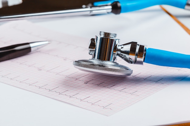 Stethoskop auf kardiogrammblatt