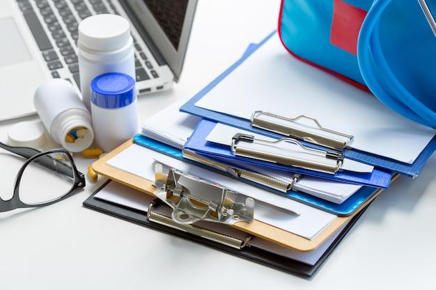 Stethoskop auf medizinischer form in der zwischenablage liegend.