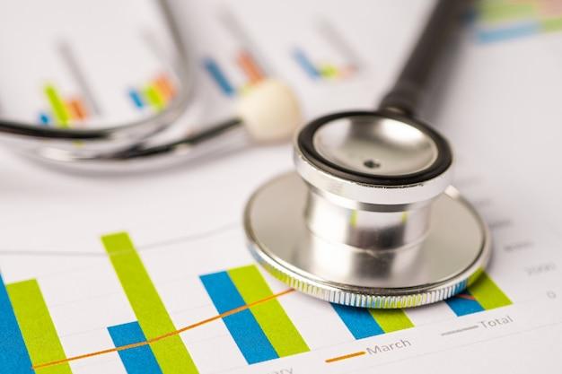 Stethoskop auf millimeterpapier, finanzen, konto, statistik, analytische wirtschaft geschäftskonzept.