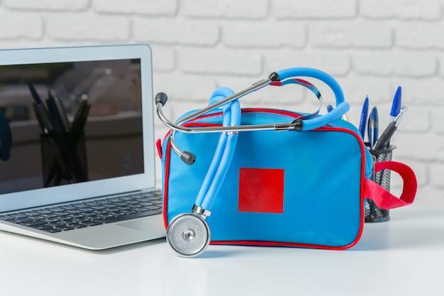 Stethoskop auf modernem laptop. gesundheitskonzept