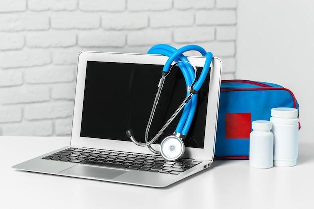 Stethoskop auf moderner laptop-computer. gesundheitswesen-konzept