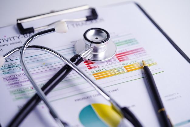 Stethoskop auf tabellenkalkulationspapier der diagramme und der diagramme