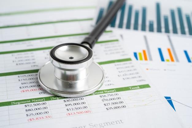Stethoskop auf tabellenkalkulationspapier finanzkonto statistik investitionen