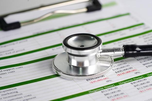 Stethoskop auf tabellenkalkulationspapier