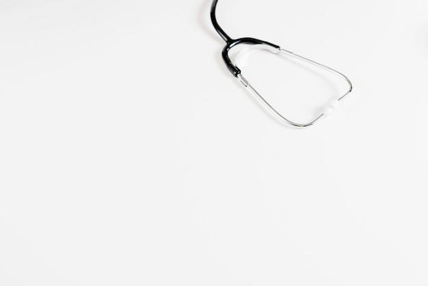 Stethoskop auf weißer tabelle