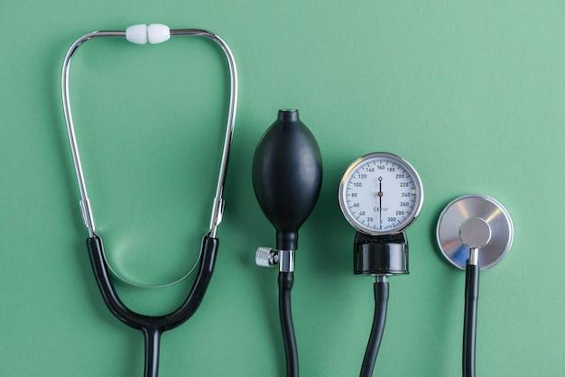 Stethoskop, das nahe blutdruckmessgerät liegt