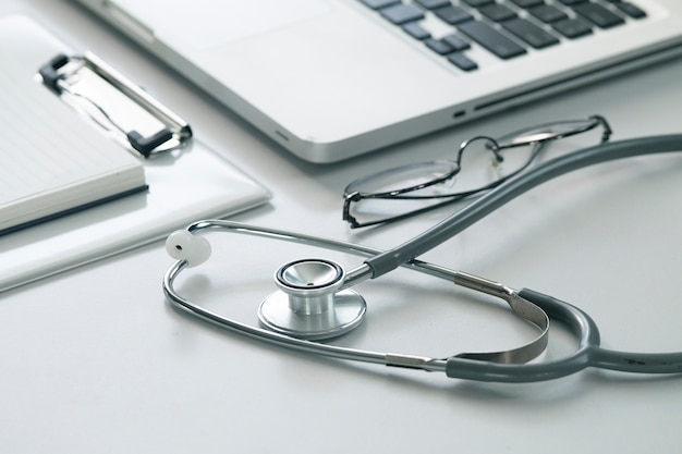 Stethoskop des selektiven fokus mit laptop-computer