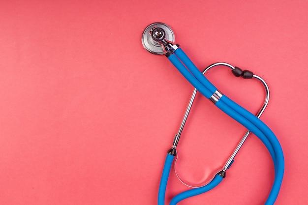 Stethoskop isoliert auf rot