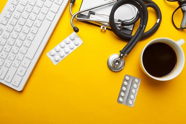 Stethoskop, klemmbrett und pillen, nahaufnahme. medizinische ausrüstung