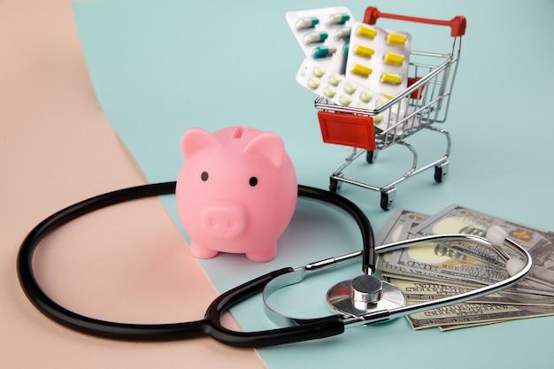 Stethoskop, medikamente und geld - ein geschäftskonzept in der medizin.