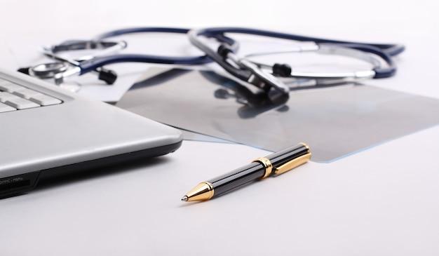 Stethoskop mit griff und papieren