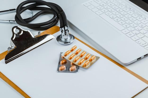 Stethoskop mit laptop auf dem tisch