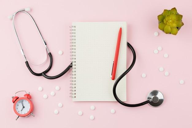 Stethoskop mit pillen auf dem pflegetisch