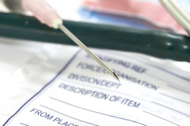 Stethoskop, pillen und spritze auf diagnose-hintergrund