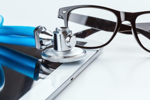 Stethoskop und ein digitales tablet.