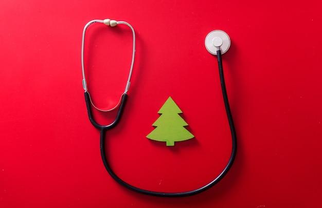 Stethoskop und handgemachtes spielzeug kleiner weihnachtsbaum