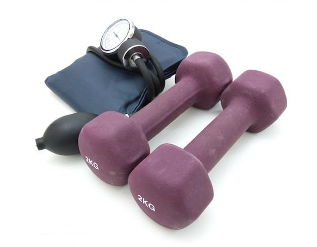 Stethoskop und hantel trainieren gemeinsam gewichte, um einen gesunden lebensstil zu konzipieren.