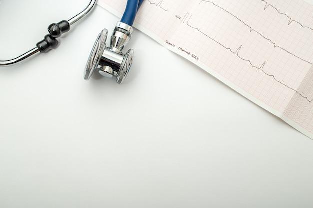 Stethoskop und kardiogramm liegen auf einem tisch