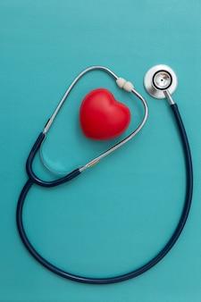 Stethoskop und rotes herz herz-check auf blau