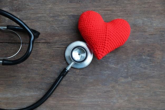 Stethoskop und rotes herz