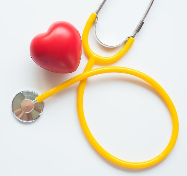 Stethoskop und rotes herzsymbol des gesundheitstages und des guten gesunden lebens