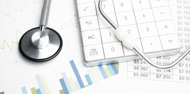 Stethoskop und taschenrechner. konzept der gesundheitskosten oder krankenversicherung