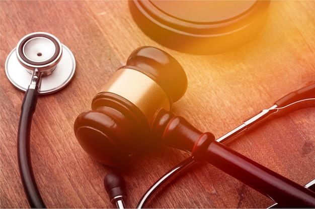 Stethoskop und urteil hammer verletzung personenrecht stethoskop hammer anwalt