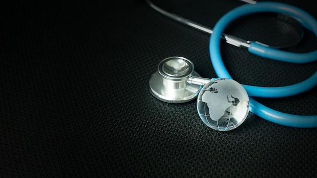 Stethoskope auf schwarzem hintergrundabschluß oben