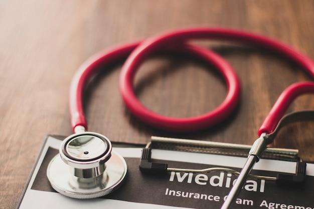 Stethoskope mit doktorpapier auf tabelle