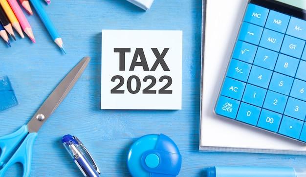 Steuer 2022 auf haftnotiz mit geschäftsobjekten