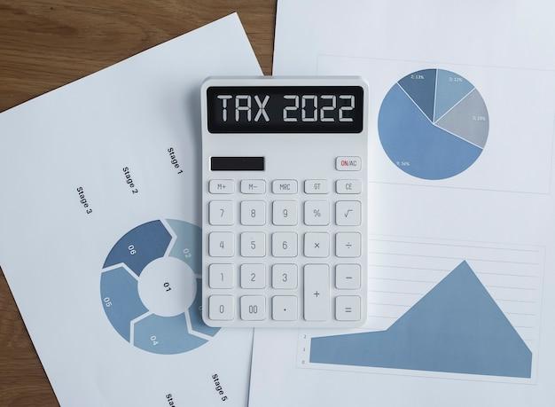 Steuerbesteuerungssystemwort auf taschenrechner mit papieren