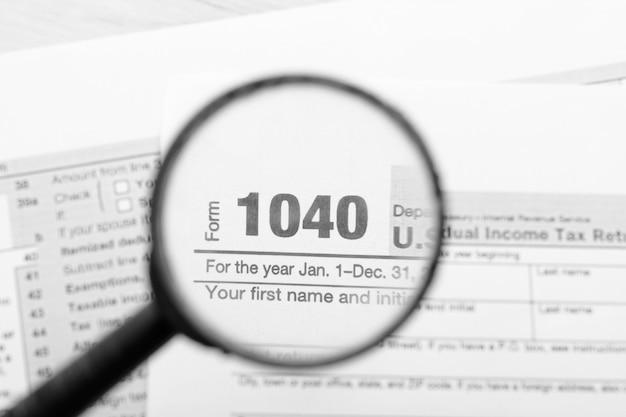 Steuererklärungen durch eine lupe