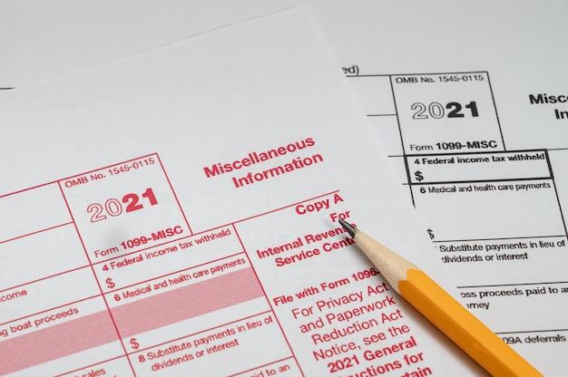 Steuerformular 1099-sonstiges auf weißem hintergrund
