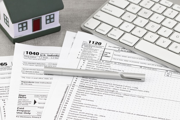 Steuerformular geschäftsfinanzkonzept. steuererklärung mit einem miniaturhaus