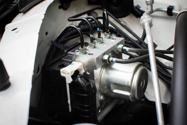 Steuerkasten des abs-einheitsmoduls mit rohren des fahrzeugbremssystems.