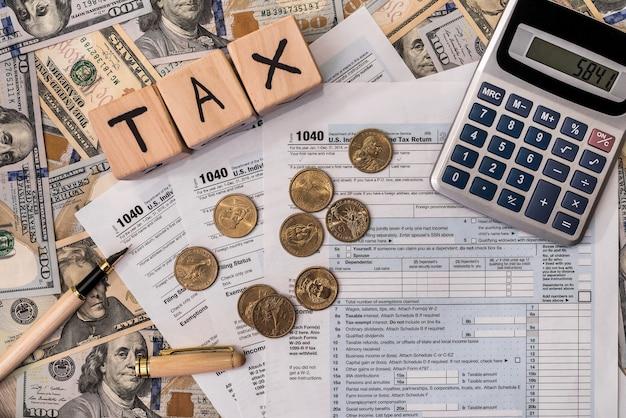 Steuerkonzept mit holzsteinen und dollarmünze