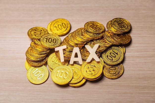 Steuern auf münzen auf holztisch