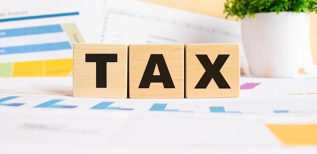 Steuern sie das wort auf holzwürfeln. hintergrund ist ein geschäftsdiagramm. geschäfts- und finanzkonzept