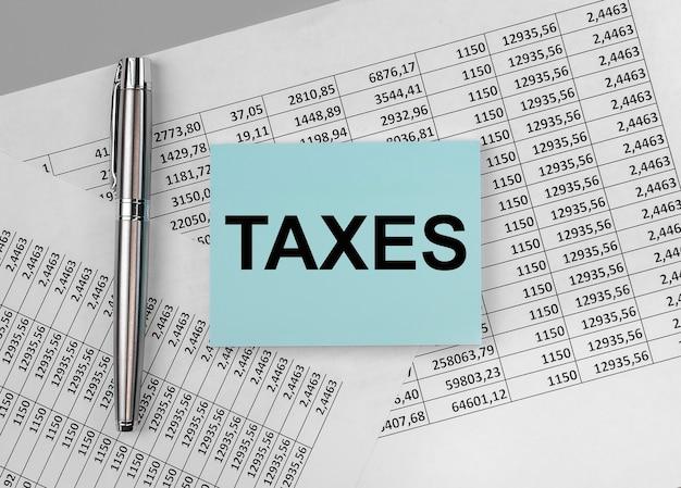 Steuern wort, inschrift auf papier auf finanzdokumenten.