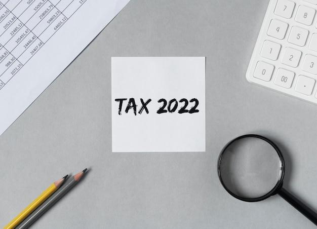 Steuersteuersystemwort auf grauem schreibtisch
