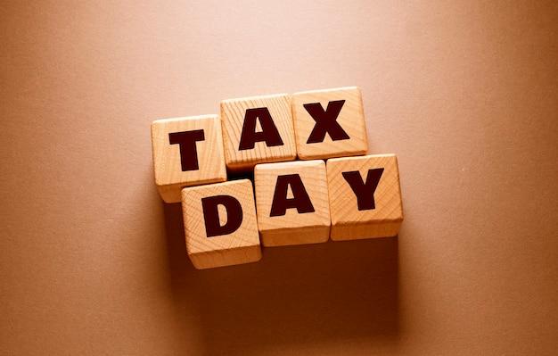 Steuertag-wort auf holzwürfel geschrieben