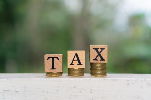 Steuerwort auf holzblock. geschäfts- und finanzkonzept.