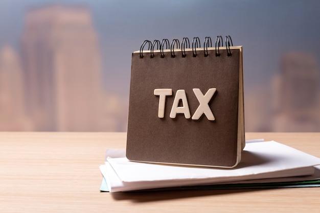 Steuerwort auf notizbuch auf schreibtisch