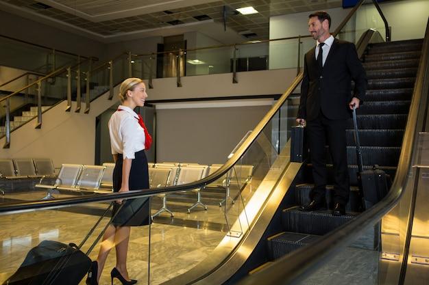 Stewardess, die mit geschäftsmann interagiert