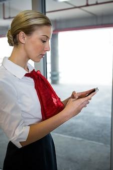 Stewardess mit ihrem handy