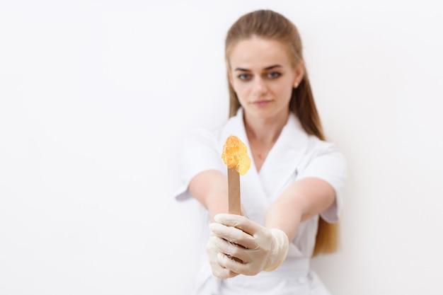 Stick mit nudeln zum shugaring in den händen des meisters nahaufnahme