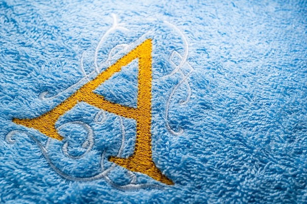Stickerei monogramm alphabet design auf handtuch