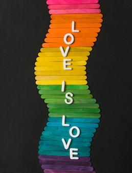 Sticks in hellen lgbt-farben und liebe sind liebeswörter