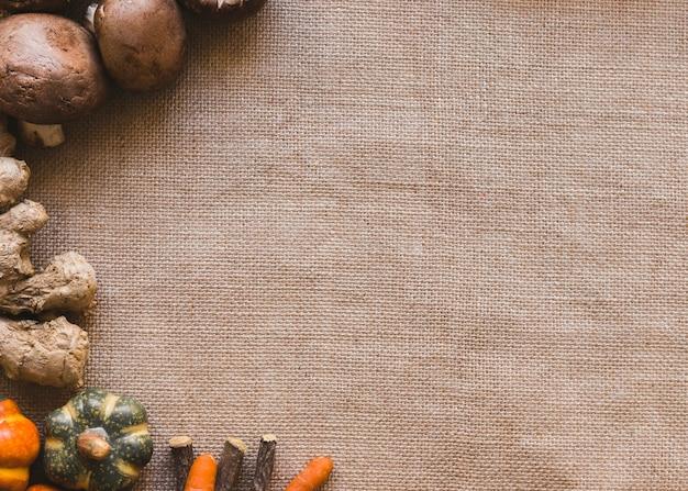 Sticks und pilze in der nähe von gemüse