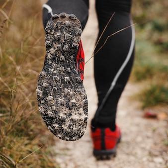 Stiefel der sportlichen joggerin